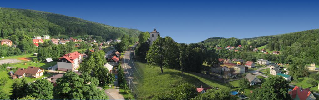 Panorama z věže kostela do údolí Horního Maršova